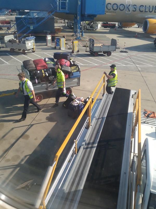Gepäckband am Flugzeug Koffer einladen